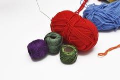 Покрашенная пряжа изолировала на белой предпосылке crochet r стоковое фото