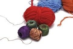 Покрашенная пряжа изолировала на белой предпосылке crochet r стоковое фото rf