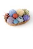 Покрашенная пряжа на белой предпосылке Пасма пряжи шерстей для вязать Шарики шерстей с спицами других цветов для Стоковые Изображения RF