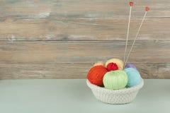 Покрашенная пряжа на белой предпосылке Пасма пряжи шерстей для вязать Шарики шерстей с спицами других цветов для Стоковые Изображения