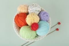 Покрашенная пряжа на белой предпосылке Пасма пряжи шерстей для вязать Шарики шерстей с спицами других цветов для Стоковая Фотография RF
