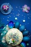 Покрашенная синь eggs, торт пасхи, заяц сахара, пряник, таблица торжества Стоковые Фото