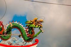 Покрашенная скульптура дракона на крыше Висок китайца Tua Pek Kong Sibu, Саравак, Малайзия, Борнео Стоковое Изображение RF