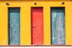 3 покрашенная старая деревянная дверь и желтая стена Стоковые Изображения RF