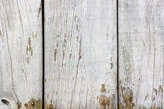 Покрашенная текстура белизны выдержала деревянные доски с вздутыми краской и отказами абстрактная предпосылка деревянная стоковое изображение rf