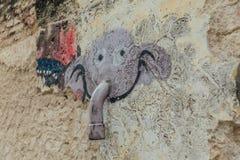 Покрашенная фиолетовая голова слона на стене путем использование трубы как хобот от улицы городка Джордж Малайзия penang Стоковое Фото