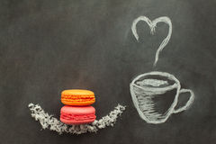 Покрашенная чашка кофе с macaroon апельсина и клубники стоковые изображения rf