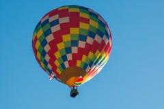 Покрашенное горячее летание воздушного шара волос в голубом небе Стоковые Изображения RF