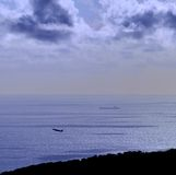 Покрашенное изображение на зоре с самолетом и кораблем на море Стоковые Фотографии RF
