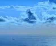 Покрашенное изображение самолета и корабля на море на зоре Стоковая Фотография
