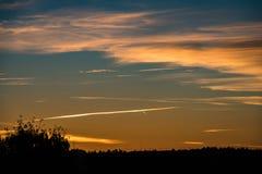 покрашенное конспектом небо захода солнца с облачностями с разрывами Стоковая Фотография RF