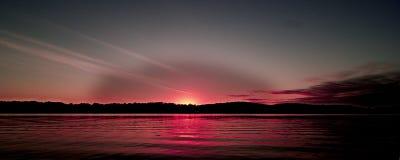 Покрашенное красным цветом прибрежное cloudscape seascape восхода солнца Стоковая Фотография
