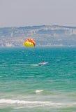 Покрашенное крыло parasail вытянуло шлюпкой в море открытого моря Стоковое Изображение RF