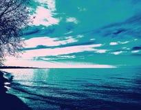 Покрашенное небо ласкает океан Стоковые Изображения