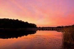 Покрашенное небо красным как Солнце идет вниз стоковое фото rf