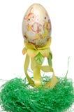 Покрашенное пасхальное яйцо на зеленом гнезде Стоковое Изображение