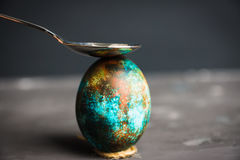 Покрашенное пасхальное яйцо на темной предпосылке Стоковое Изображение