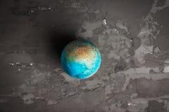 Покрашенное пасхальное яйцо на темной предпосылке Стоковое Изображение RF