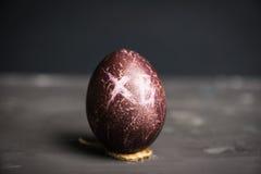 Покрашенное пасхальное яйцо на темной предпосылке Стоковые Изображения RF