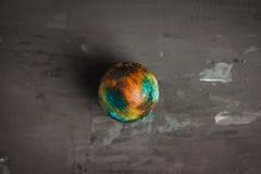 Покрашенное пасхальное яйцо на темной предпосылке Стоковое фото RF