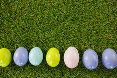 Покрашенное пасхальное яйцо на траве Стоковая Фотография RF