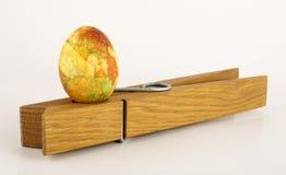 Покрашенное пасхальное яйцо стоя на штыре одежд Стоковые Фотографии RF