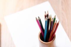 Покрашенное примечание карандаша и бумаги на деревянной таблице Стоковое Изображение RF