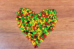 Покрашенное сердце выровнянное конфетой Объявление влюбленности в день valetina St Стоковая Фотография RF