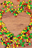 Покрашенное сердце выровнянное конфетой Объявление влюбленности в день valetina St Стоковые Фотографии RF