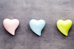 Покрашенное сердце на серой предпосылке над взглядом Плоское положение Стоковая Фотография