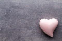 Покрашенное сердце на серой предпосылке над взглядом Плоское положение Стоковое Фото