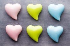 Покрашенное сердце на серой предпосылке над взглядом Плоское положение Стоковые Фотографии RF