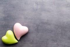 Покрашенное сердце на серой предпосылке над взглядом Плоское положение Стоковое Изображение RF