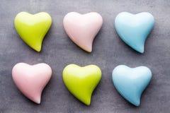 Покрашенное сердце на серой предпосылке над взглядом Плоское положение Стоковые Изображения RF