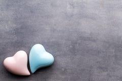 Покрашенное сердце на серой предпосылке над взглядом Плоское положение Стоковое фото RF