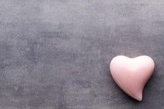 Покрашенное сердце на серой предпосылке над взглядом Плоское положение Стоковая Фотография RF