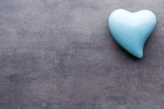 Покрашенное сердце на серой предпосылке над взглядом Плоское положение Стоковые Фото