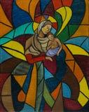 Покрашенное стеклянное окно мозаики с женщиной и ребенком иллюстрация штока