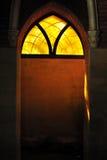 Покрашенное стекло, света через запятнанное готическое окно Стоковые Изображения