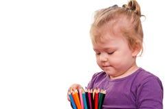 Покрашенное удерживание маленькой девочки рисовало в руках, изолированных на белой предпосылке Стоковые Изображения RF