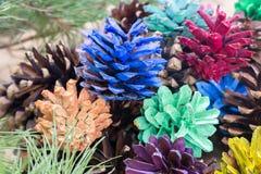 Покрашенное украшение рождества конусов сосны Стоковые Фотографии RF