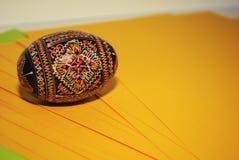 Покрашенное яичко на желтой предпосылке с малым добавлением gree Стоковое Фото