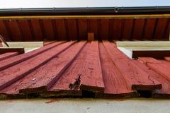 Покрашенной старой деревянной стене нужна реабилитация стоковое изображение rf