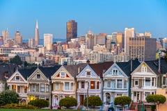 Покрашенные дамы Сан-Франциско, Калифорнии сидят накалять между Стоковое Изображение RF