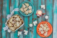 Покрашенные блюда и корзина с печеньями для рождества на turquois Стоковое Изображение RF