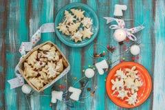Покрашенные блюда и корзина с печеньями для рождества Стоковое Фото