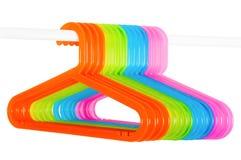 Покрашенные вешалки на штанге изолированной на белизне Стоковые Изображения