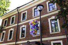 Покрашенные воздушные шары перед домом искусства Стоковое Фото