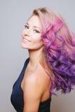 Покрашенные волосы Портрет красивых усмехаясь женщин в студии Стоковое Изображение RF