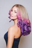 Покрашенные волосы Портрет усмехаясь женщин с волосами летания Ombre градиент стоковое изображение rf